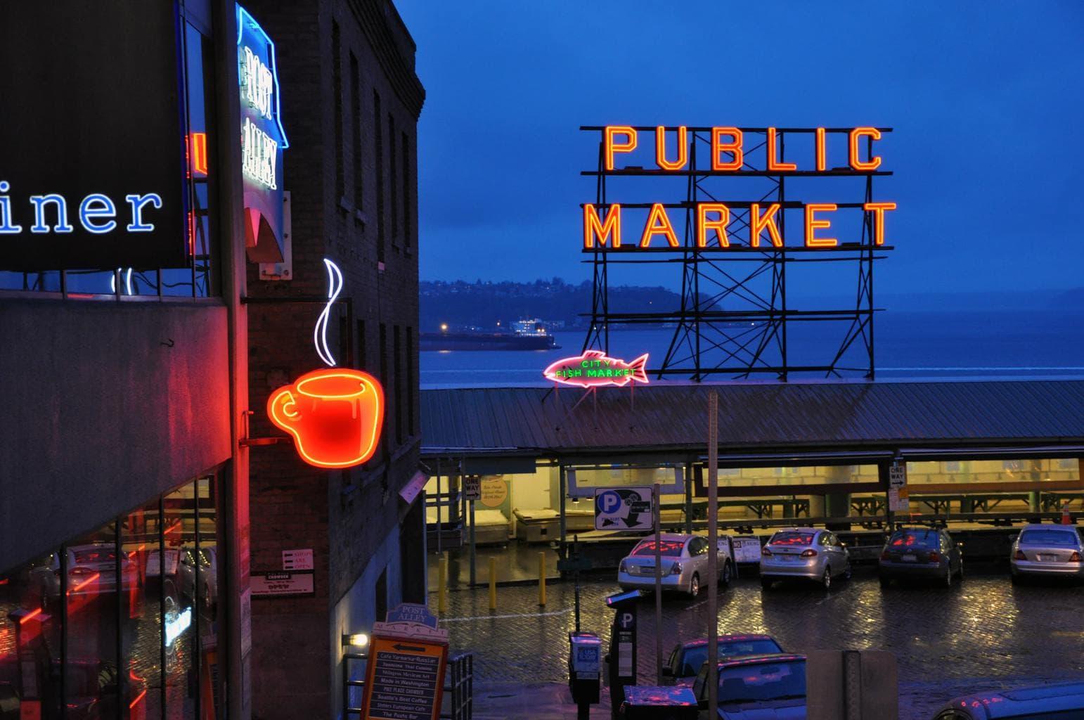night-photo-pike-place-market