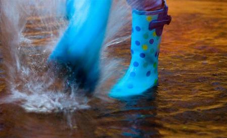 blue-rainboots-splashing