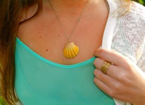 Hawaii street style: Shell necklace