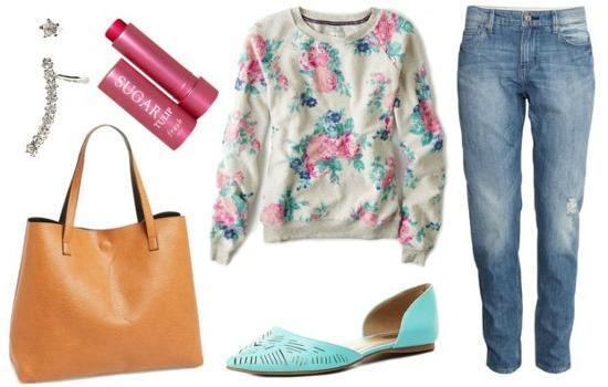 Floral sweatshirt boyfriend jeans turquoise flats look