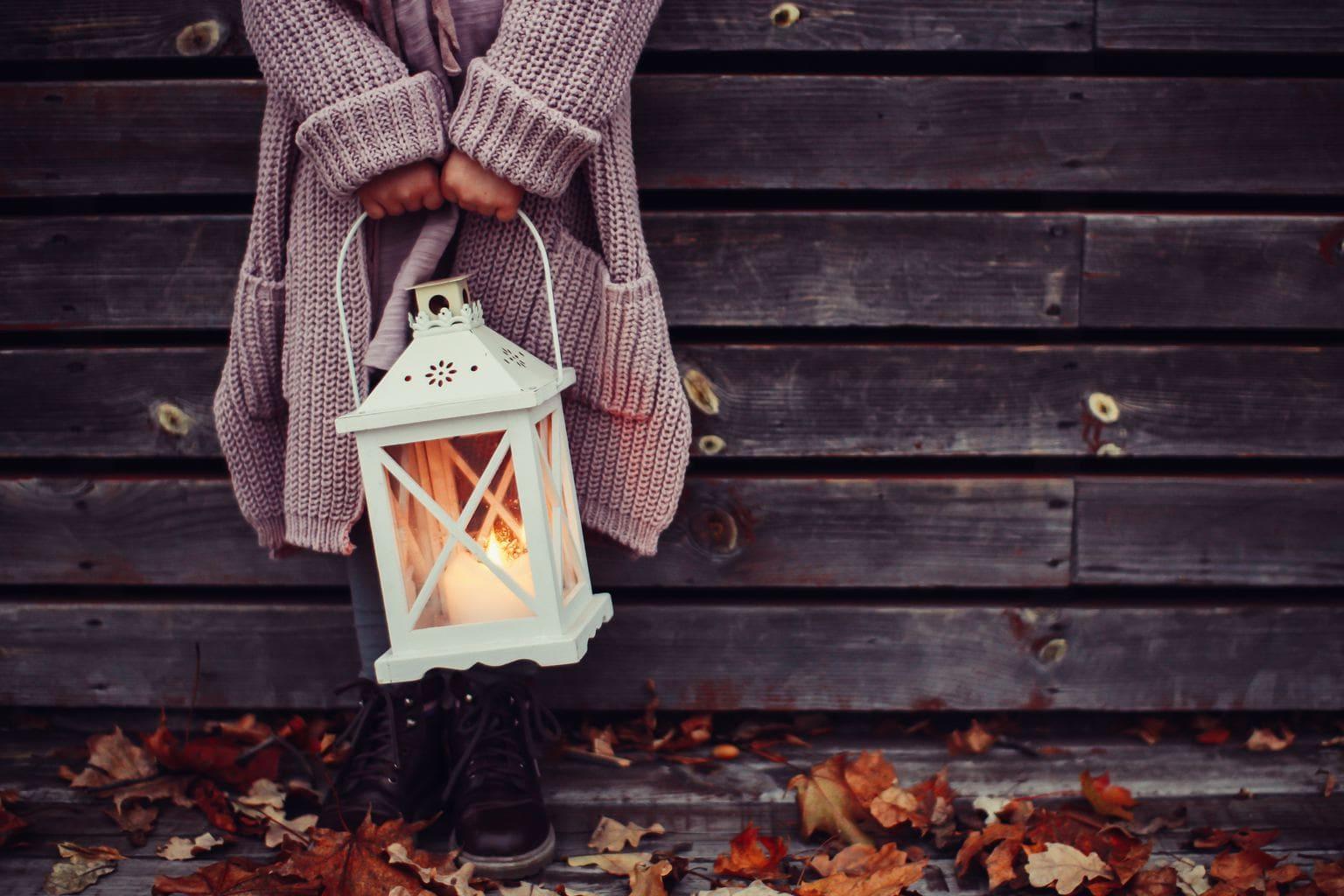 Girl holding a lantern: Fall makeup guide