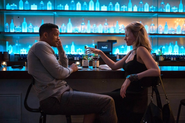 Jess from Focus at the bar with Will Smith's character
