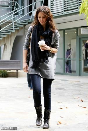 Jessica Alba wearing leggings