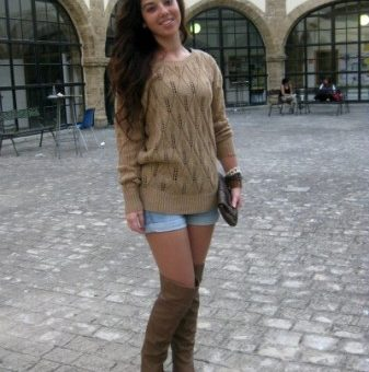 University of Cadiz fashion in Spain - College fashionista Inma wearing an oversized sweater, shorts, and over-the-knee boots