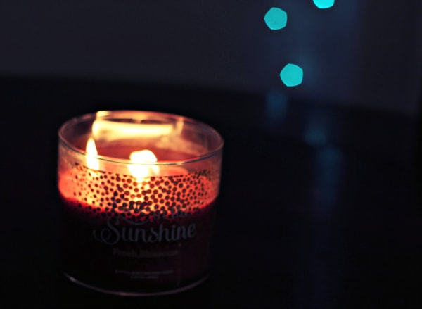 Live-in-the-Sunshine-3-Wick-Candle-Red-Blue-Lights-in-Background