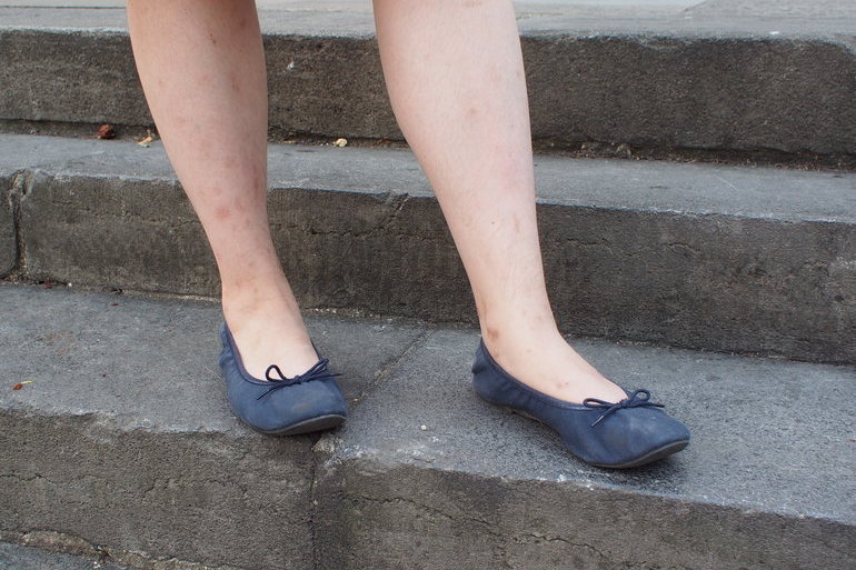 Science Po student Victoria wears simple navy ballet flats with bows from MUJI.