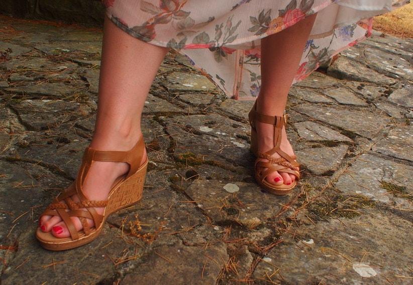 Amy wears brown cork wedge T-strap braided heels.