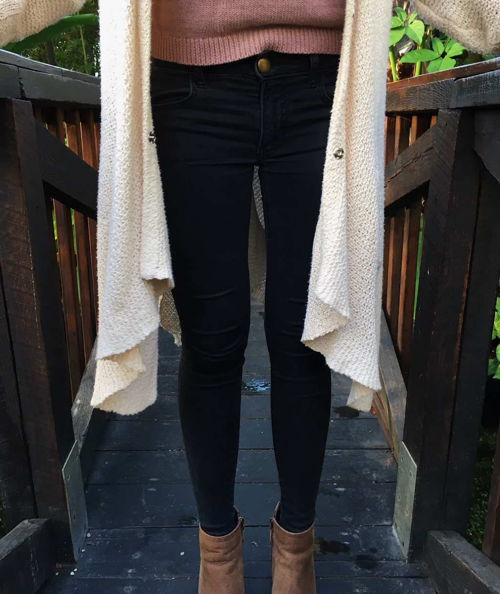 Aren sports a pair of tight-fitted skinny jeans with her knit off-white cardigan.