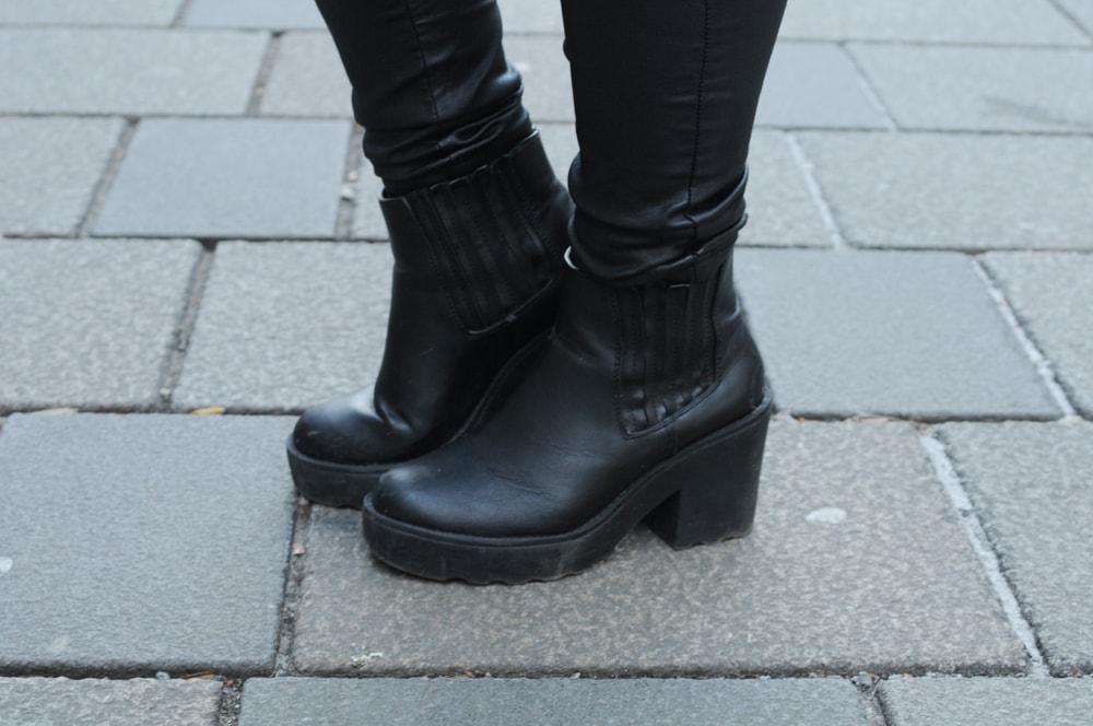LOC-UV-Sara-Shoes
