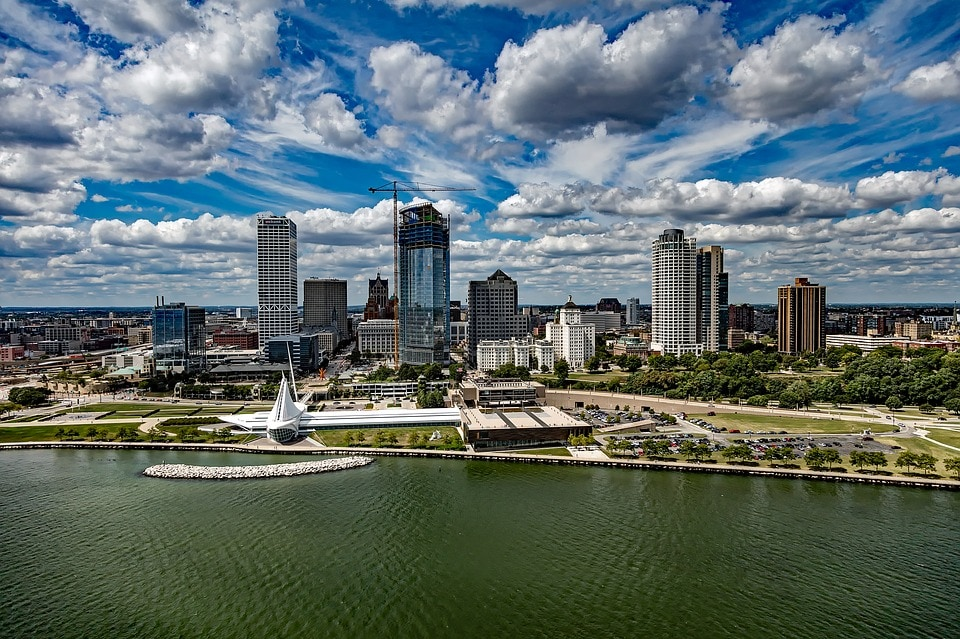Get inspired by Milwaukee, Wisconsin and learn how to dress from fashion Instagramers from the area! Also, learn some fun facts about the city and find out why it goes by the nicknames of Brew City and the City of Festivals.