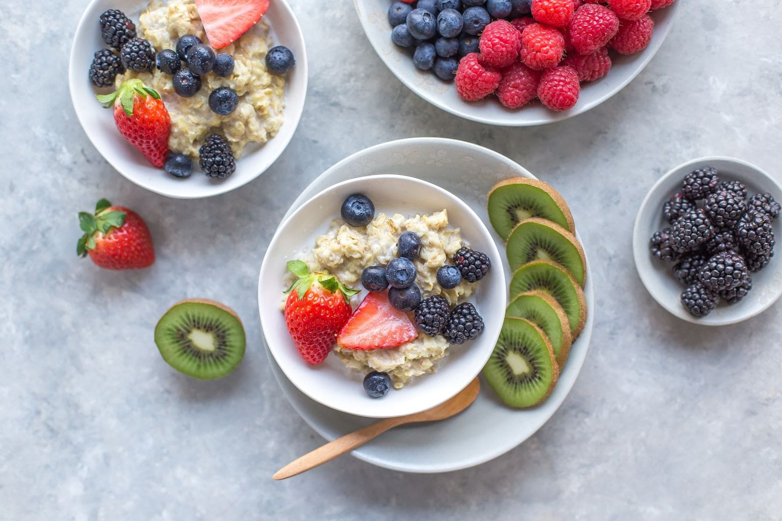 oatmeal with berries and kiwi