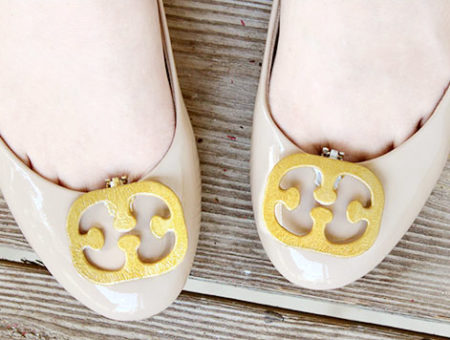 DIY Tory Burch-inspired shoe clips... using those as-seen-on-TV bra clips!