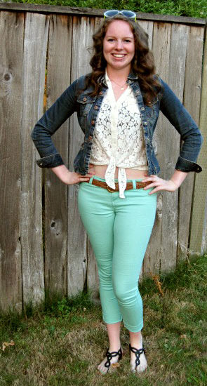 University of Oregon fashion - college fashionista Macy wearing lace top, seafoam pants, Oregon state-shaped necklace