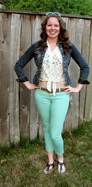 University of Oregon fashion - college fashionista Macy wearing lace top, seafoam pants, Oregon state-shaped necklace