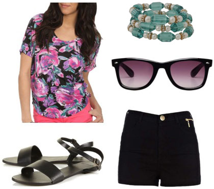 How to wear a floral tee shirt for a day of classes with black shorts, simple sandals, wayfarer sunglasses and a beaded bracelet