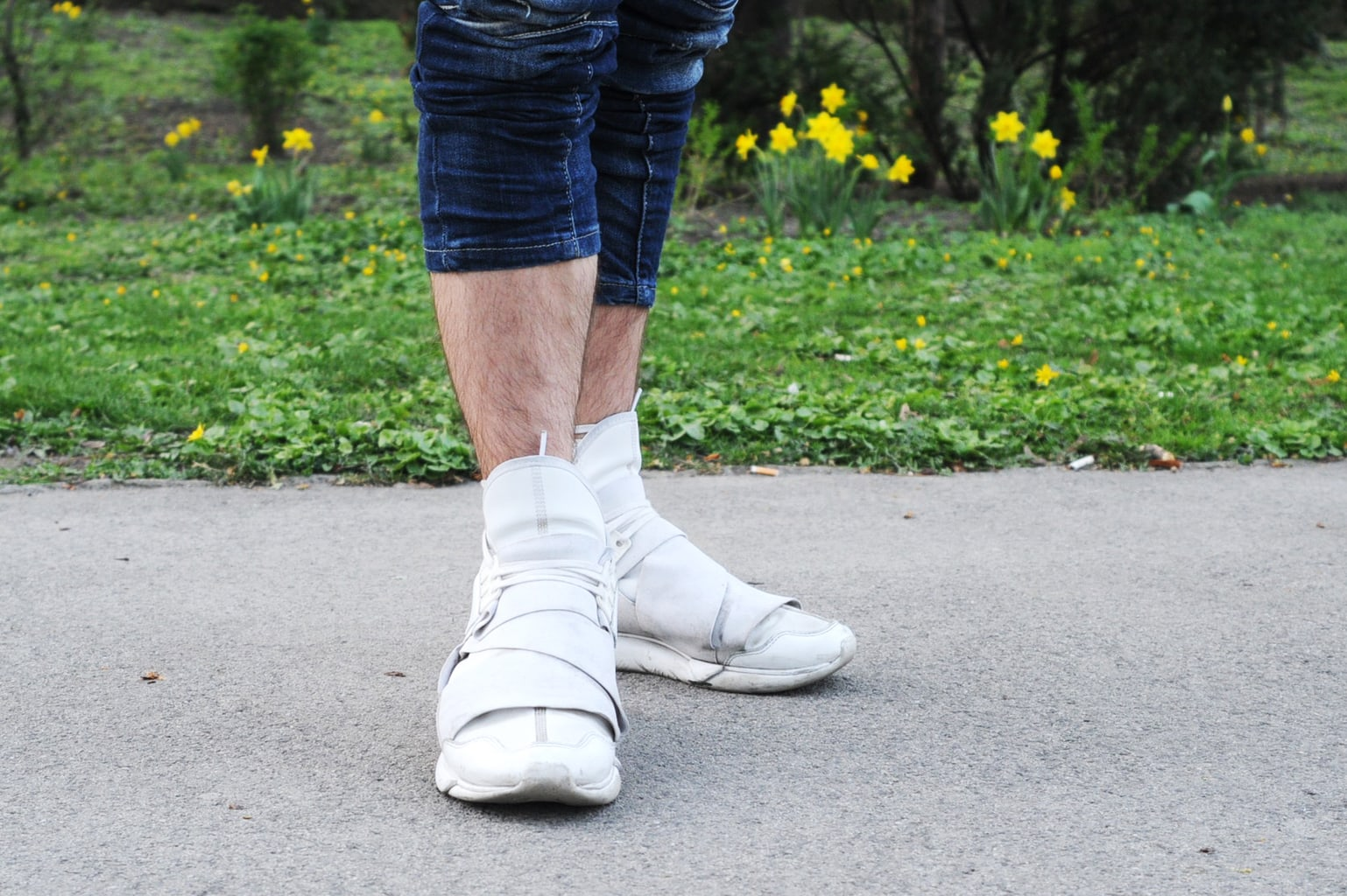 Men's street style - White Adidas Yamamotos and cropped pants