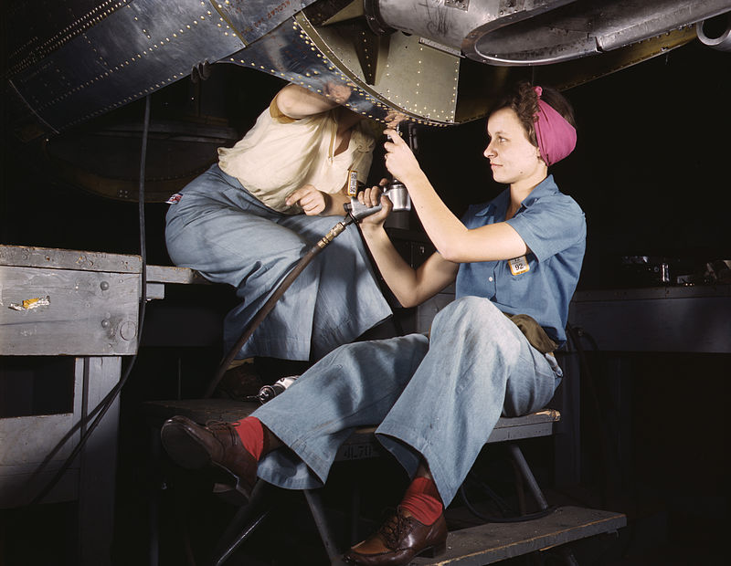 1940s fashion - women working in the 40s
