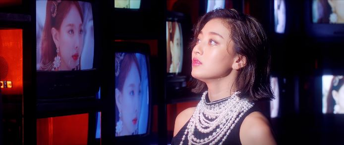 Twice feel special outfits - Jihyo in pearls and black